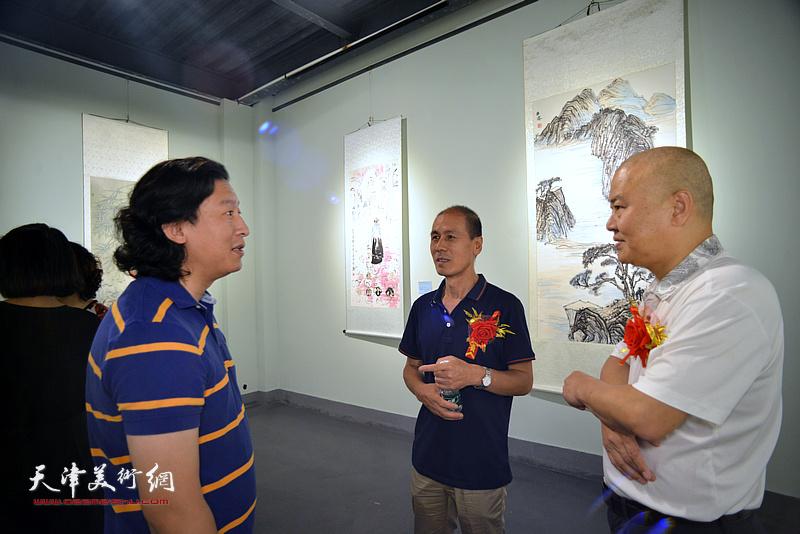 张立、张玉忠、梁健在展览现场交流。