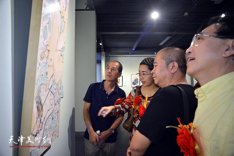 张玉忠、聂瑞辰、宋世凯、王文元在展览现场观看展品。