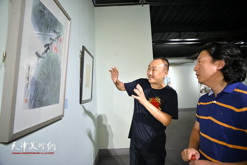 柴博森、梁健在展览现场观看展品。