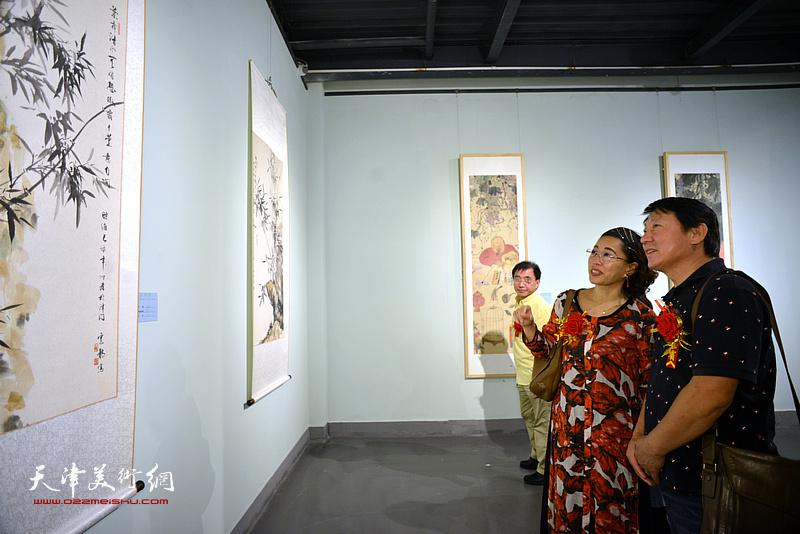 主云龙、聂瑞辰在展览现场观看展品。