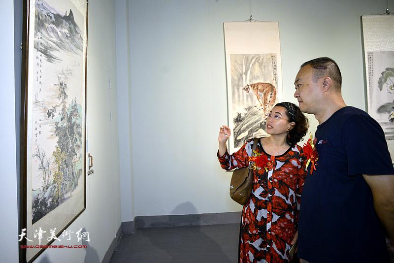 柴博森、聂瑞辰在展览现场观看展品。