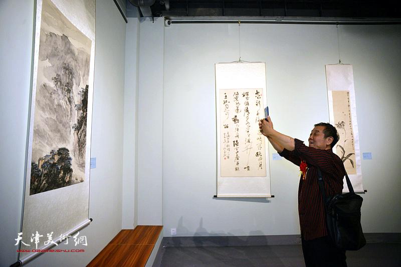 李大为在展览现场。
