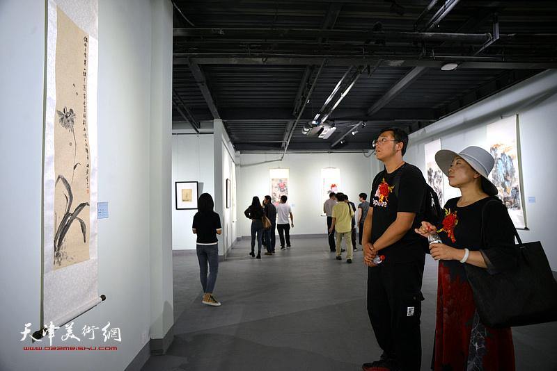 """""""追踪溯源——庆祝新中国成立70周年美术作品展览中国画名家邀请展""""现场。"""
