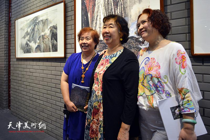 高杰夫人李淑珍与张书雁、孙蒙丽在画展现场。