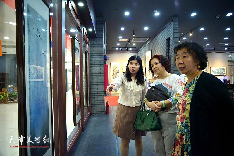 高杰夫人李淑珍与孙蒙丽在画展现场观看作品。