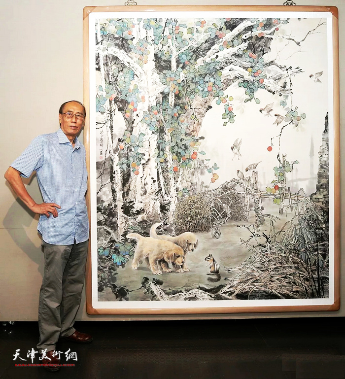 著名画家张学强在自己的画作前。