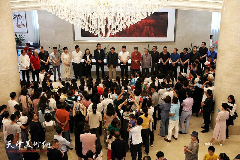 """""""祖国万岁—环渤海百家书画展""""在天津中新生态城东方艺术馆举行,图为展览开幕仪式现场。"""
