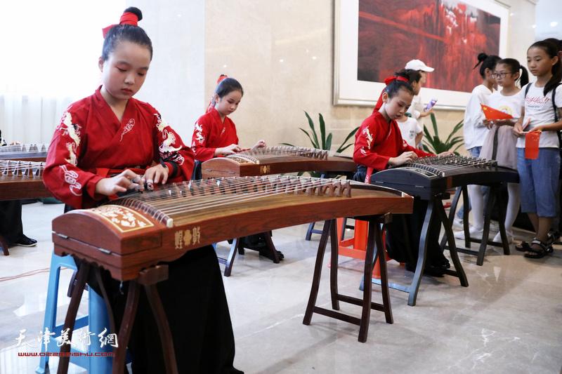 开幕仪式现场的中国传统佳艺表演。