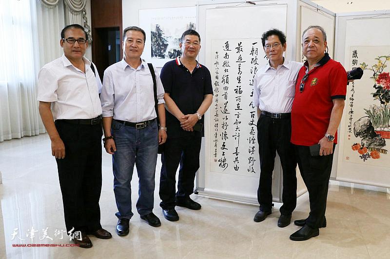 李贵才、李延春、郭振东与书画爱好者在展览现场。