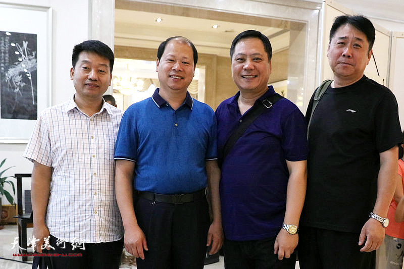李峰、郝军与书画爱好者在展览现场。