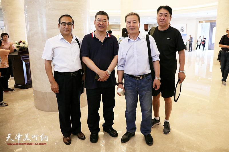 参展作者李桂才、李延春与书画爱好者在展览现场。