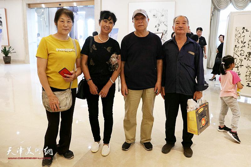 崔宝娟、冯建国夫妇、唐广生在展览现场。
