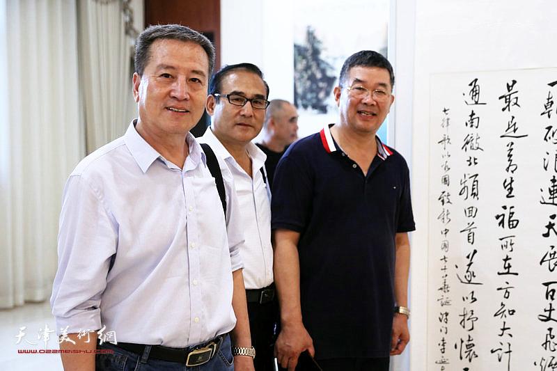 李贵才、李延春与书画爱好者在展览现场。