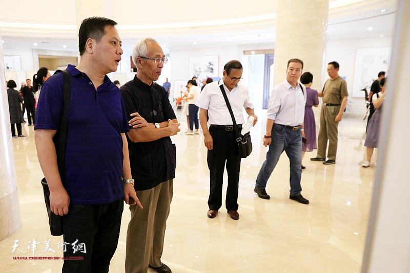 天津书协副主席郝军与原塘沽书协副主席陈嘉祥在观看参展的作品