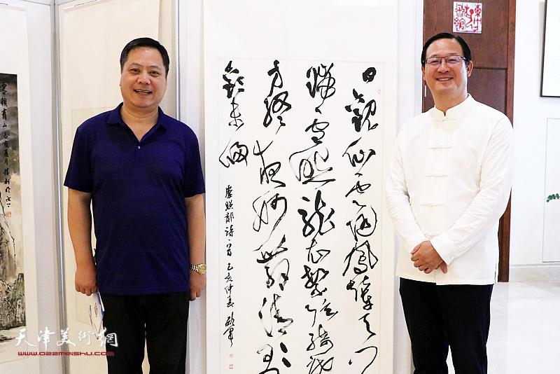 天津书协副主席郝军与陈丽伟在展览现场。
