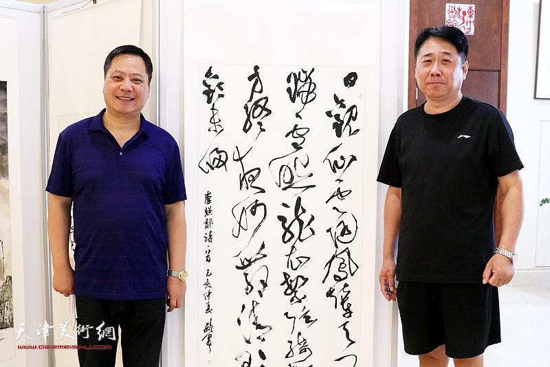 天津书协副主席郝军与书画爱好者在展览现场。