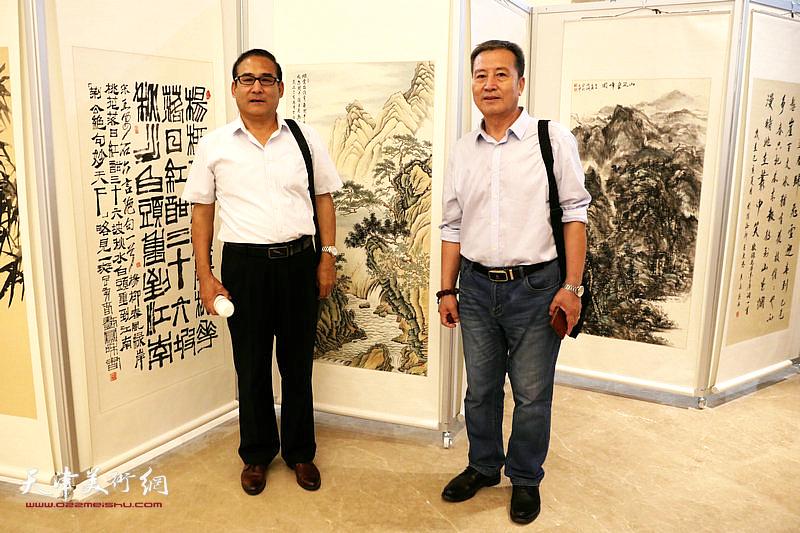 参展作者李桂才与来宾在自己参展的作品前。