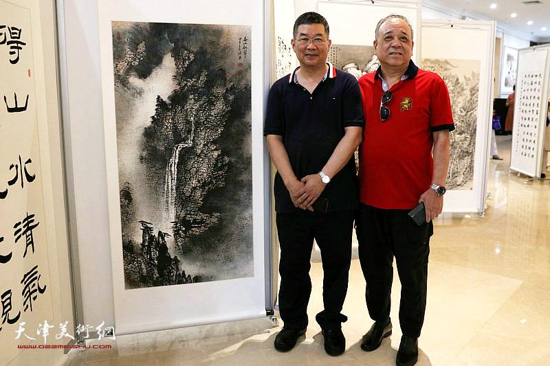 李延春与郭振东在展览现场。