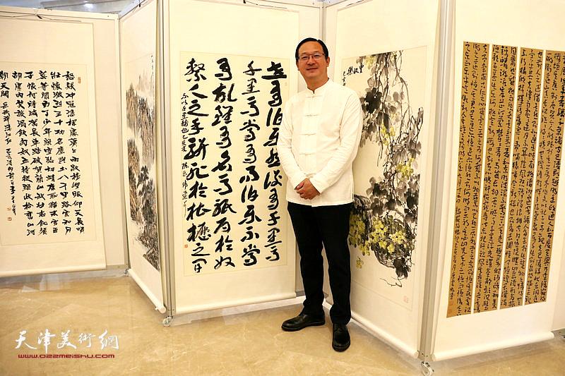 参展作者陈丽伟在自己的参展作品前。