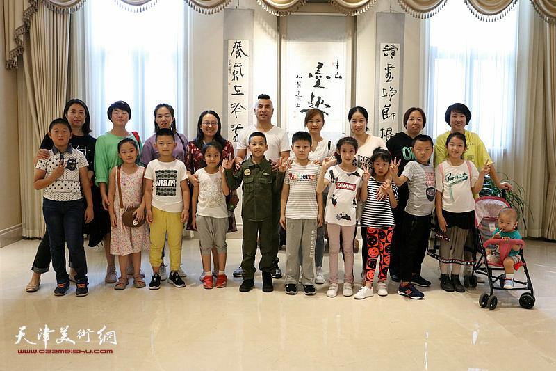 """""""祖国万岁—环渤海百家书画展""""在天津中新生态城东方艺术馆举行,图为书画爱好者在展览现场。"""