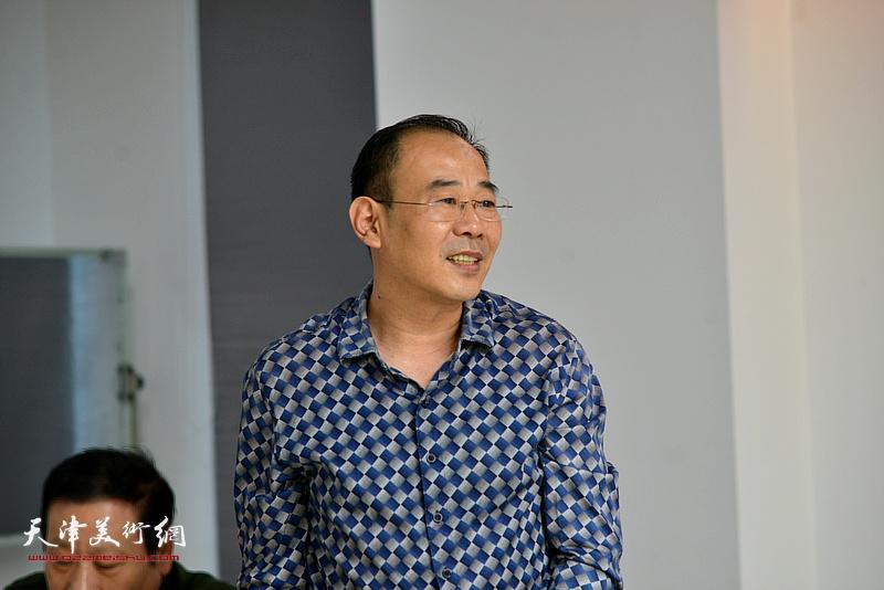 天津美协山水画专委会秘书长卞昭宏发言。