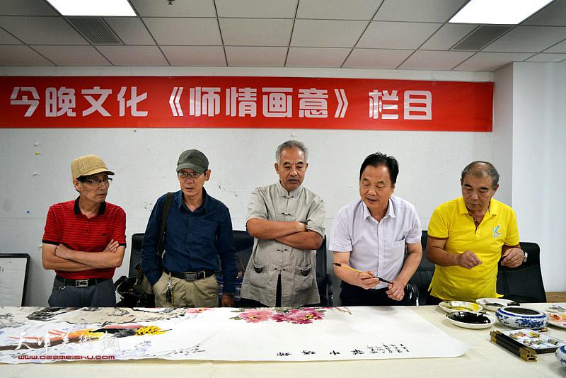 左起:卢炳剑、王印强、马凤柏、邢立宏、王少玉在联谊活动现场挥毫泼墨。