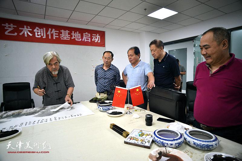 左起:陈连羲、卞昭宏、刘士忠、郝宝善、刘忠荣在联谊活动现场挥毫泼墨。