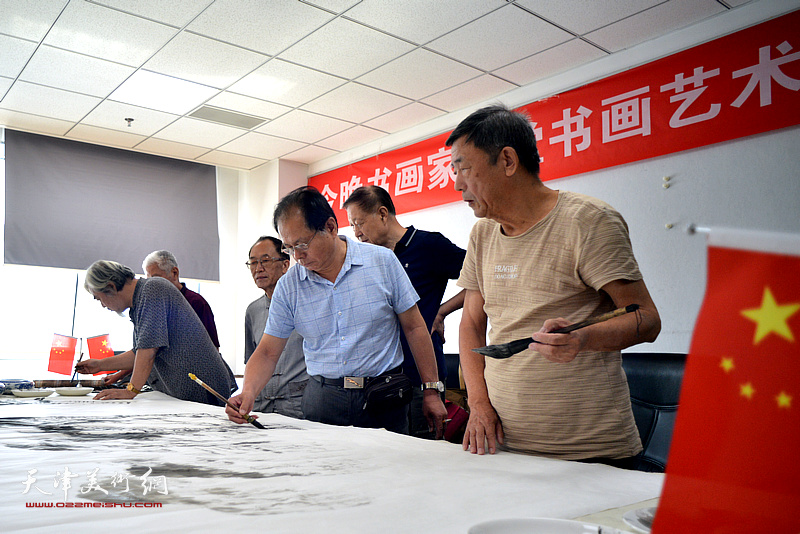 陈连羲、刘士忠、郝宝善、张柏林、张立春等在联谊活动现场挥毫泼墨。
