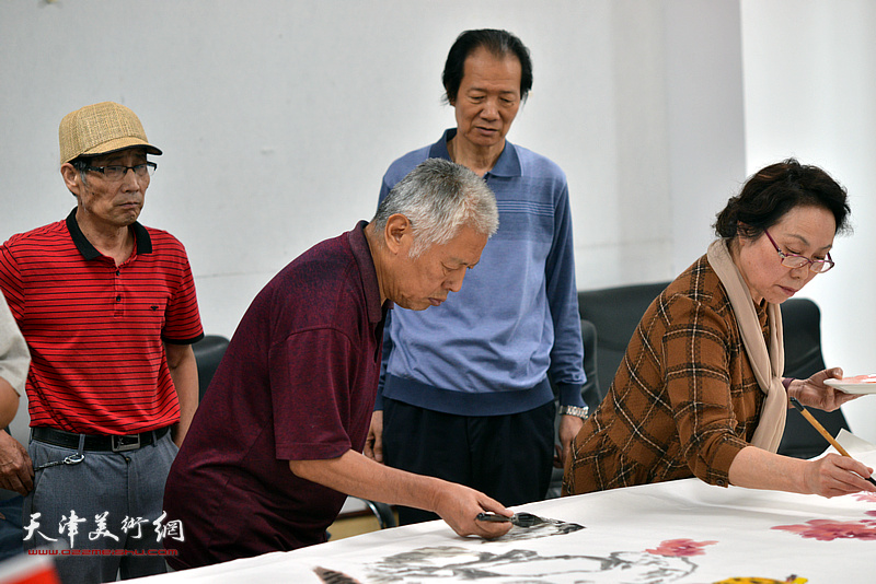 左起:卢炳剑、王东生、王维卿、崔燕萍在联谊活动现场挥毫泼墨。