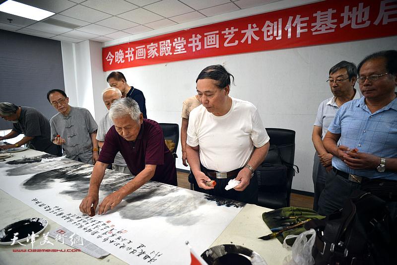 郭凤祥、王东生等在联谊活动现场挥毫泼墨。