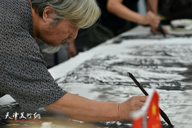 陈连羲在联谊活动现场挥毫泼墨。