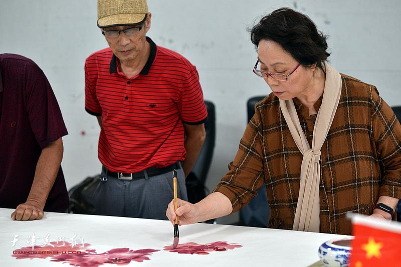 卢炳剑、崔燕萍在联谊活动现场挥毫泼墨。