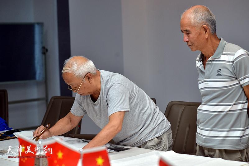 谷柏言、赵奎生在联谊活动现场挥毫泼墨。