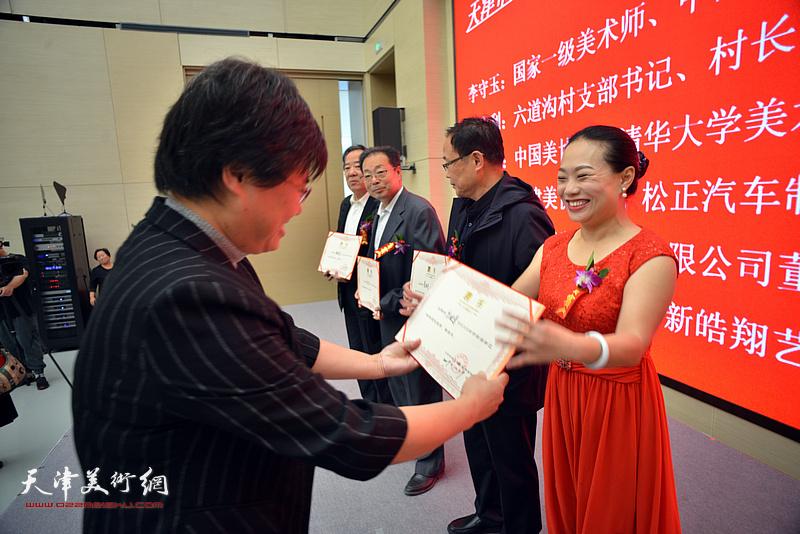 滨海新区文旅局副局长贺淑荣为皓翔画院理事张金荣、葛和月、孔广生、宋小曼颁发聘书。