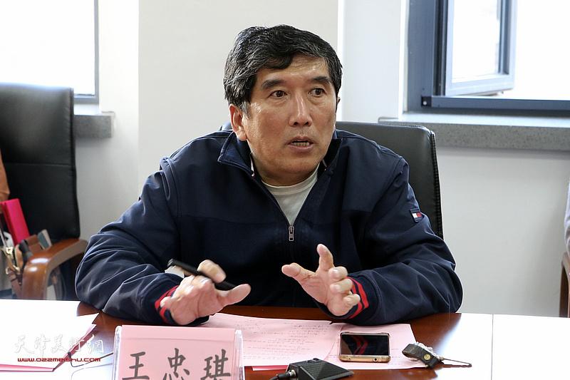 天津市作家协会秘书长王忠琪主持颁奖活动