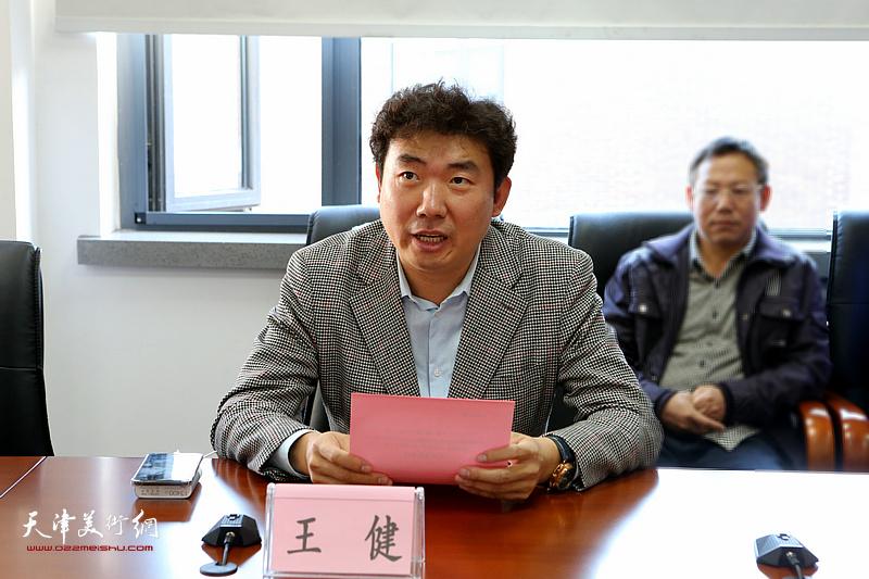 春秋文化传媒集团董事长王健宣布获奖名单