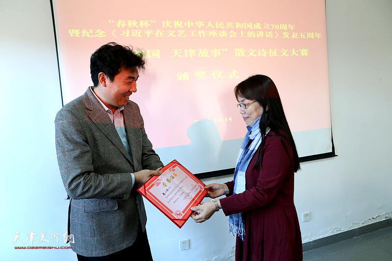 春秋文化传媒集团董事长王健颁发特等奖。