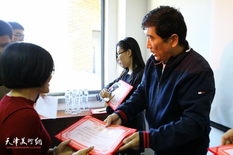 天津市作家协会秘书长王忠琪为获奖作者颁发二等奖.