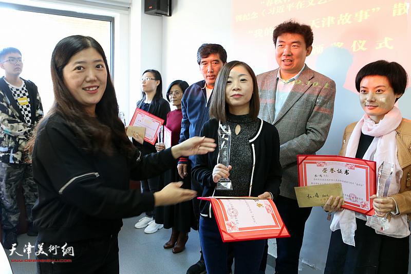 春秋文化传媒集团常务副总经理杨志方为获奖作者颁发二等奖。