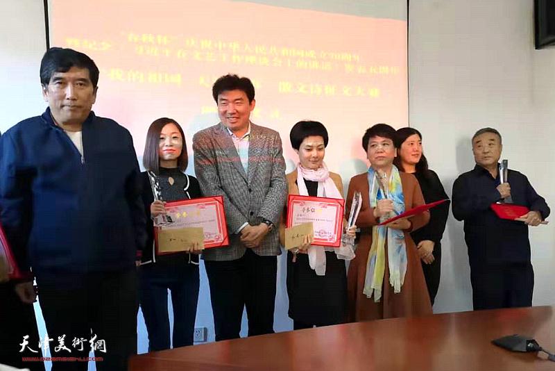 王忠琪,王健,杨志方与获奖作者在颁奖仪式上.