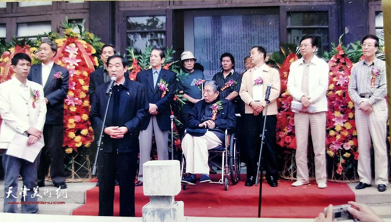 杜仲华(右一)出席王学仲弟子书画展开幕仪式。