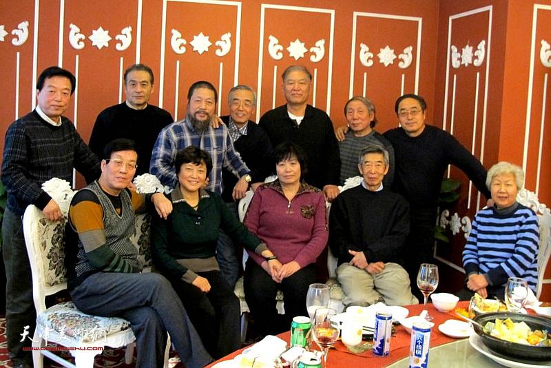 杜仲华与天津工艺美院师友在一起。
