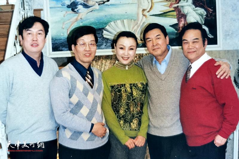 杜仲华与曾昭娟、刘鑫、步俊有、马明在一起。