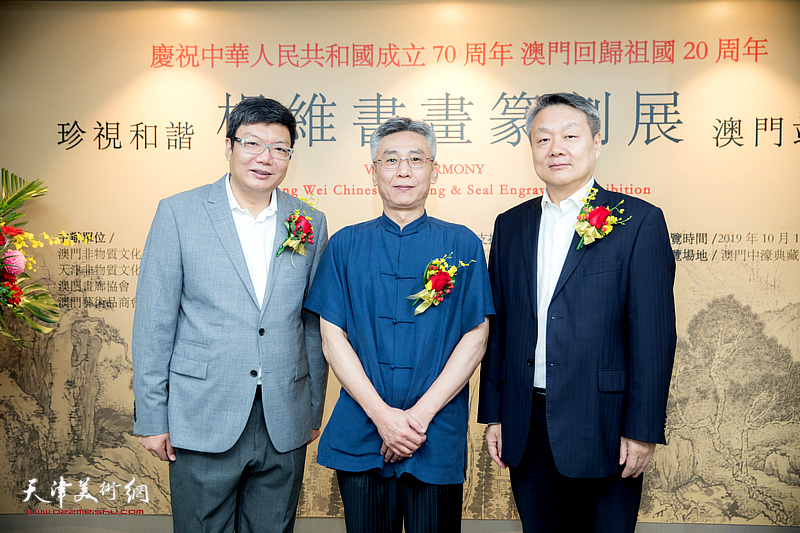 杨维与赵强等嘉宾在作品展现场。