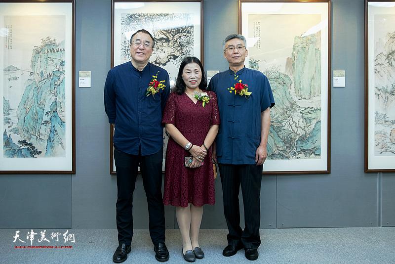 杨维与李治邦、刘静华在作品展现场。