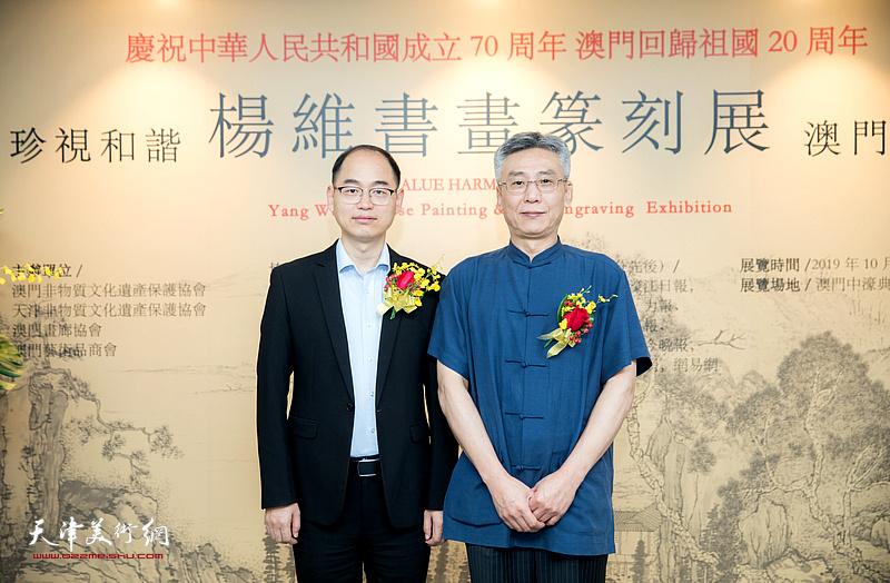 杨维与嘉宾在作品展现场。