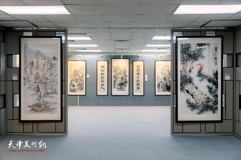 """""""珍视和谐——杨维书画篆刻作品展""""现场。"""