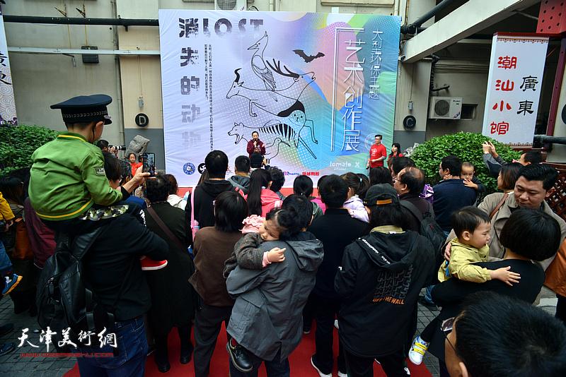 """""""消失的动物""""大型环保主题艺术创作展在天津市和平区6号院艺术馆举行。"""