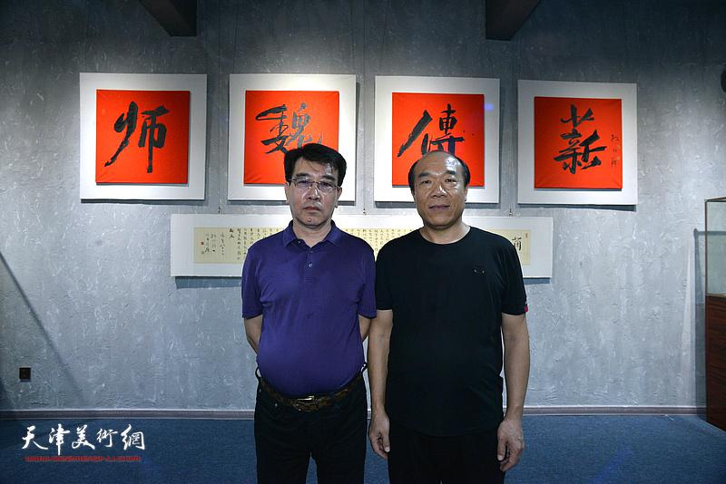王树秋与孙建中在展览现场。