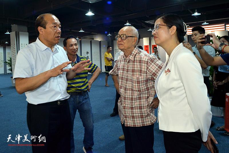 王树秋向吴兆奇、黄少兰等嘉宾介绍展出的作品。